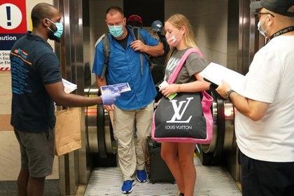 Pasajeros de tren en Florida se registran en la Estación Penn en Manhattan, Nueva York, Estados Unidos. REUTERS/Carlo Allegri