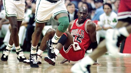 Con la número 45. Jordan y una postal de los primeros partidos en su regreso a la NBA en 1995 tras el retiro por el asesinato de su padre