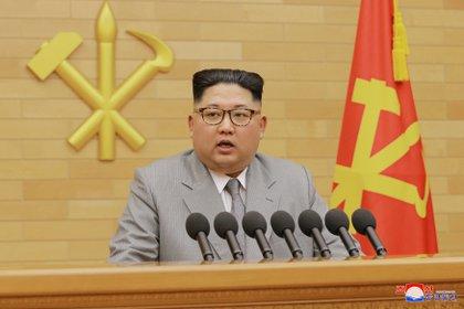 El dictador de Corea del Norte Kim Jong-un durante el discurso de Año Nuevo en el que amenazó con usar las armas nucleares (KCNA via REUTERS)