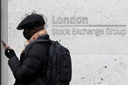Imagen de archivo de un hombre utilizando una mascarilla pasando por el edificio de la Bolsa de Londres en el distrito financiero de la ciudad de Londres. 9 de marzo de 2020. REUTERS/Toby Melville