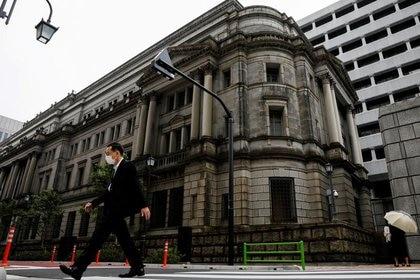 FOTO DE ARCHIVO: Un hombre con mascarilla pasa junto a la sede del Banco de Japón en medio del brote de coronavirus en Tokio. 22 de mayo 2020.REUTERS/Kim Kyung-Hoon