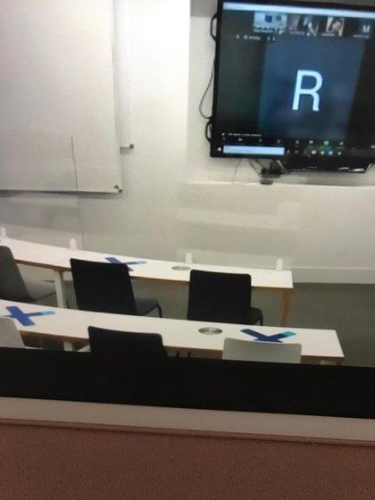El aula de la Universidad donde estudia Marisol: paneles acrílicos, distanciamiento y sólo 18 alumnos donde antes entraban 40.