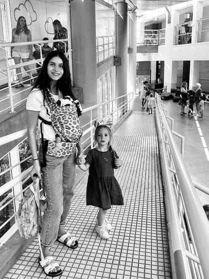 Mali fue con su mamá y su hermano al colegio (Instagram)
