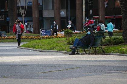 Un hombre con tapabocas en visto en la Plaza Independencia de Montevideo (Uruguay). EFE/Federico Anfitti/Archivo