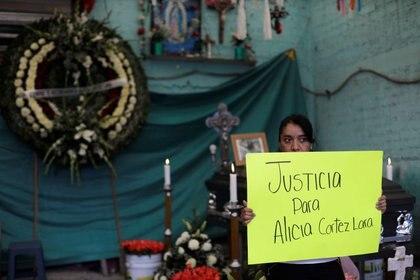 Una mujer sostiene una pancarta tras la muerte de Alicia Cortéz Lara, que permaneció desaparecida y luego encontrada muerta en el municipio de Ecatepec, en Ciudad de México, México, Marzo 2, 2020. REUTERS/Luis Cortes