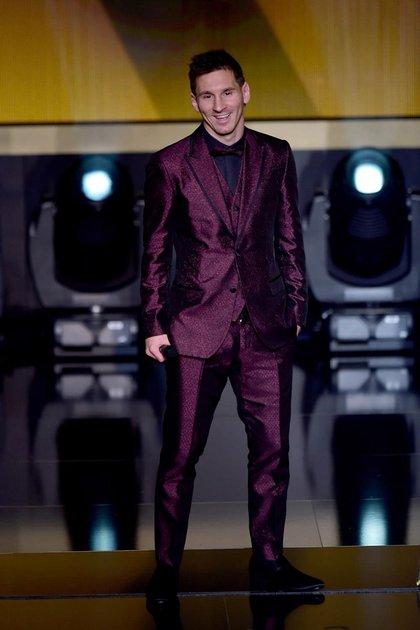 En la entrega del balón de oro, Lionel Messi sorprendió a todos los asistentes con un llamativo smoking de Dolce & Gabbana en magenta metalizado combinado con moño a tono y camisa negra.