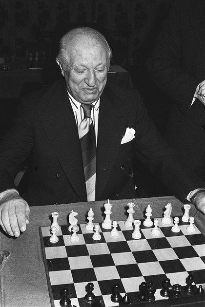 Najdorf, a ciegas, fue capaz de memorizar la ubicación de las 1440 piezas desparramadas entre las 2880 casillas de las 45 mesas, y ejecutó, sin errores, las 1166 jugadas necesarias para doblegar al último oponente.