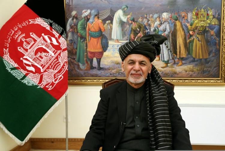 El presidente de Afganistán, Ashraf Ghani, habla durante una transmisión de televisión en vivo en el palacio presidencial de Kabul, el 28 de enero de 2019 (oficina del palacio presidencial/folleto a través de REUTERS)