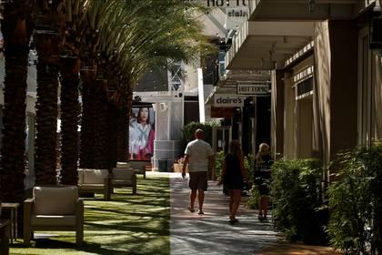 Compradores caminan por un centro de tiendas, muchas de las cuales están cerradas, en el Mercado Desert Ridge de Phoenix, Arizona, el 11 de mayo de 2020 (REUTERS/Nicole Neri)