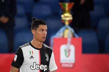 Cristiano Ronaldo, delantero de la Juventus, se muestra abatido tras la final de la Copa Italia perdida ante Napoli en el estadio Olímpico de Roma (REUTERS/Alberto Lingria)