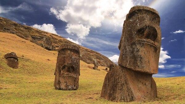 Los 900 moái alrededor de la Isla de Pascua son el único (y misterioso) legado dejado por los rapa nui (iStock)
