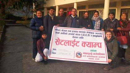 Puzzoto (abajo, a la derecha) con el grupo de voluntarios en la sala de salud donde trabajó durante casi dos meses, antes de la cuarentena en Nepal