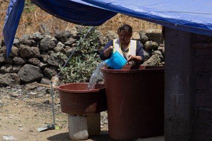CIUDAD DE MÉXICO, 07ABRIL2021.- Una vecina del pueblo de Santa Cruz Acalpixca, Xochimilco rellena sus botes del líquido vital en su casa.  Foto: Graciela López / Cuartoscuro.com