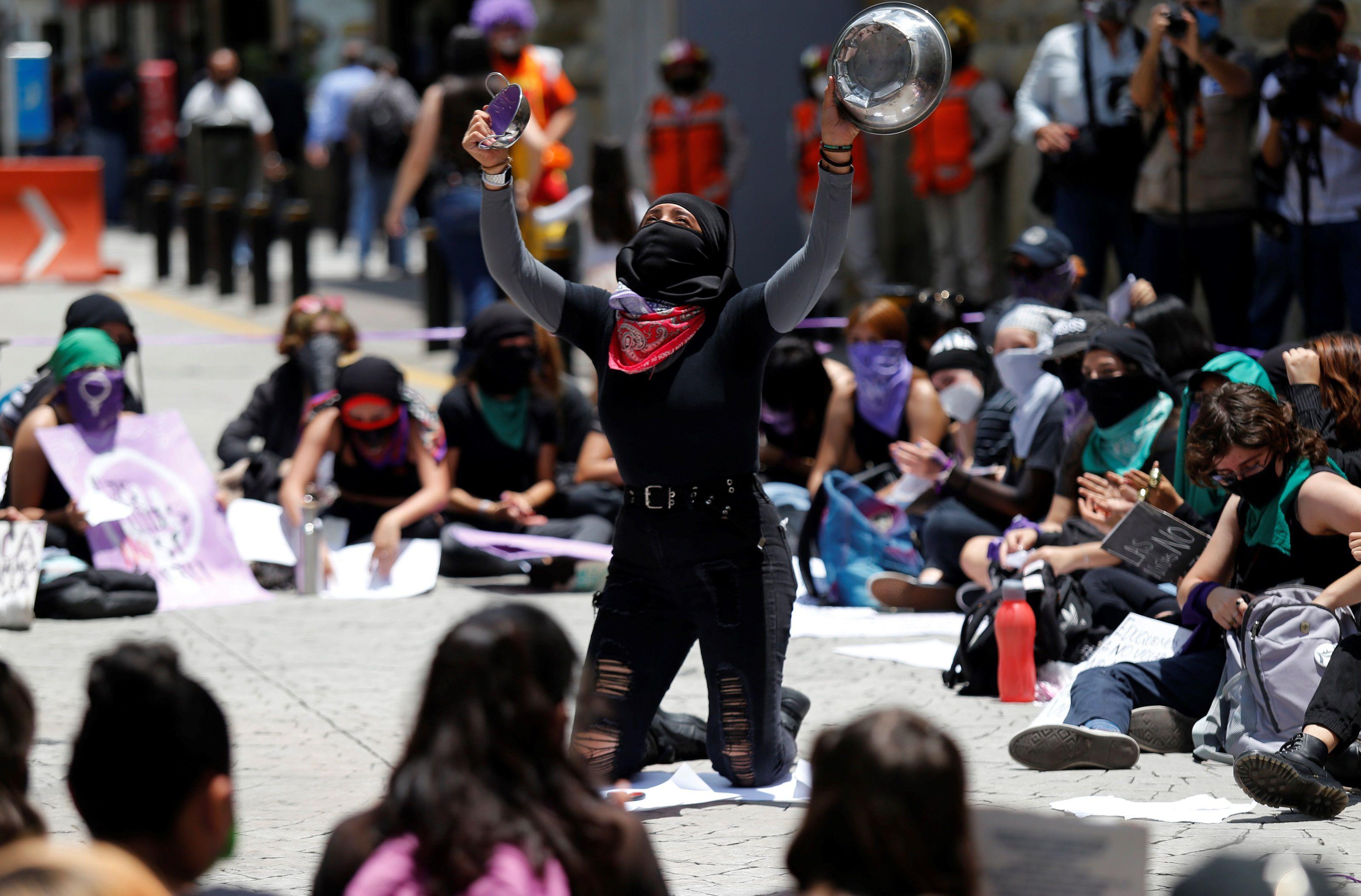 Feministas protestan contra abuso de una niña por un funcionario mexicano
