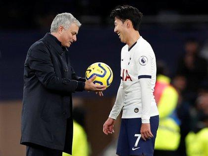 Heung-min Son recibió la pelota de José Mourinho tras marcar uno de los mejores goles del año (Reuters)