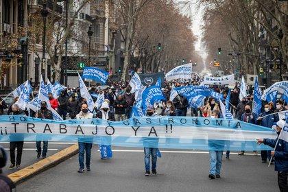 En la movilización a Plaza de Mayo, los trabajadores y empresarios del sector cantaron el himno y entregaron un petitorio en la Casa Rosada en reclamo de que se reabran esas actividades, bajo un protocolo de prevención de la Covid-19, que ya presentaron.
