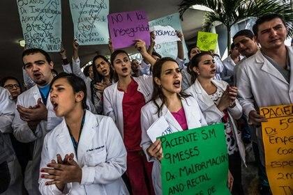 Médicos protestan contra la precariedad laboral y la falta de equipo de salud en Caracas, 2015. La situación se ha deteriorado aún más desde entonces (Meredith Kohut/New York Times)