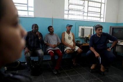 Paulo Cesar da Conceicao, que dirige un centro de rehabilitación para hombres involucrados en violencia doméstica, dirige una sesión grupal en Duque de Caxias, estado de Río de Janeiro, Brasil, el 3 de octubre de 2019. REUTERS/Pilar Olivares