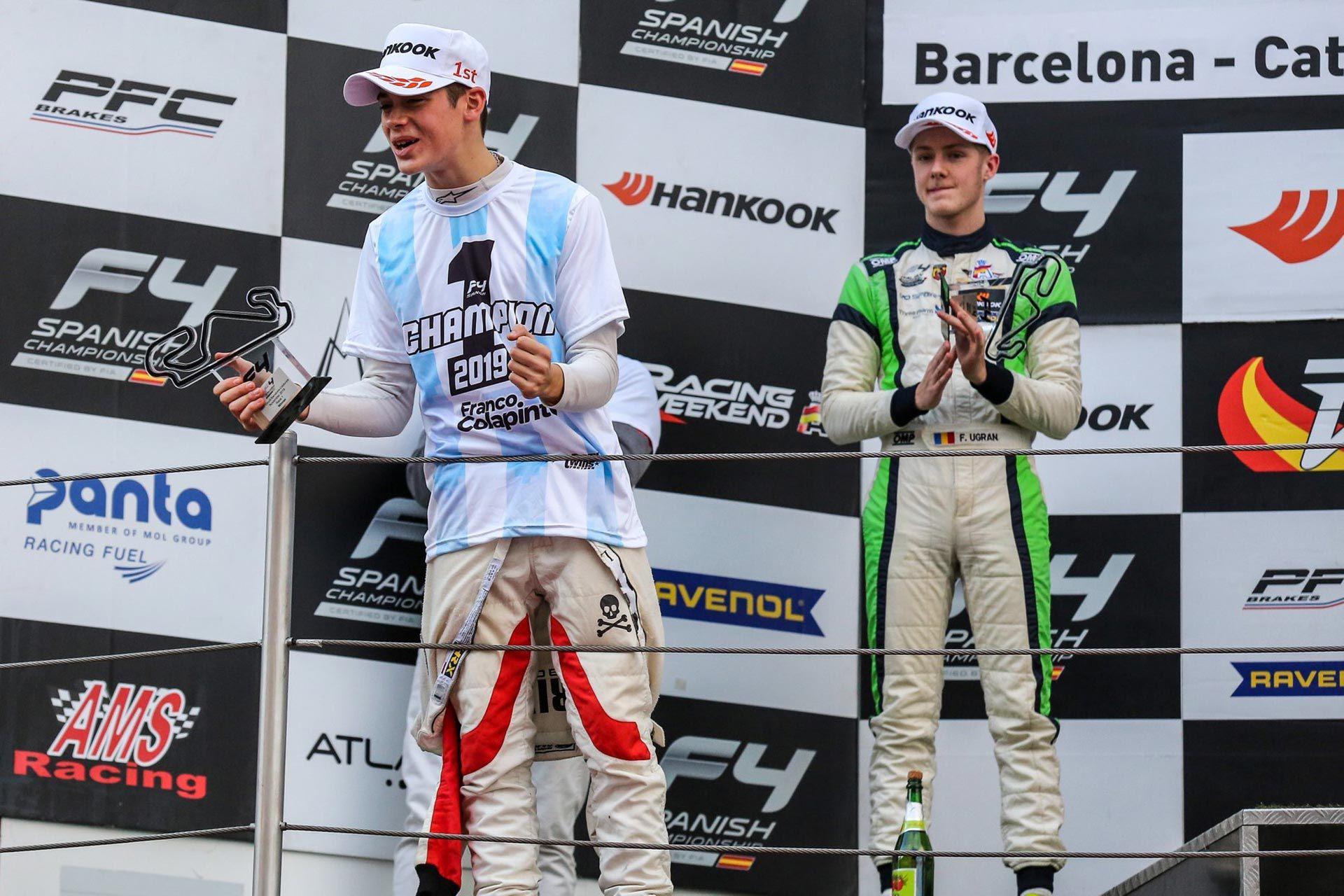 En uno de los podios tras ganar en la Fórmula 4 Española.