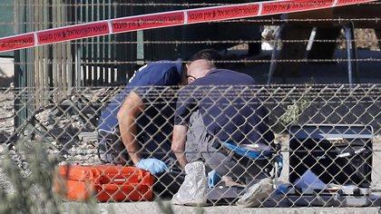 Forenses reúnen evidencias en el lugar del atentado (AFP)