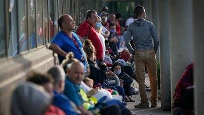 FOTO DE ARCHIVO. Personas hacen fila para pedir ayuda con sus pedidos de subsidios por desempleo, en Fráncfort, Kentucky, EEUU. 18 de junio de 2020. REUTERS/Bryan Woolston