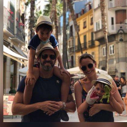 Julio Arca junto a su esposa Valeria Díaz y sus hijos