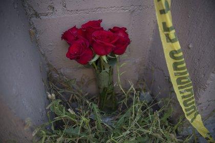 TIJUANA, BAJA CALIFORNIA, 04ENERO2021.- Vecinos llevaron flores afuera de la casa de Zaira y los niños asesinados FOTO: OMAR MARTÍNEZ /CUARTOSCURO