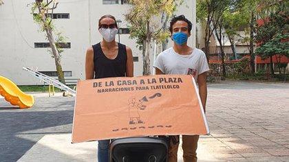 Algunos infantes han pedido a este joven arquitecto de 27 años que lea las historias que ellos han escrito (Foto: Facebook@narraciones.tlatelolco)