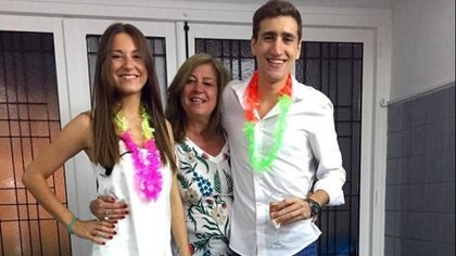Pilar Riesco junto a su madre y uno de sus hermanos