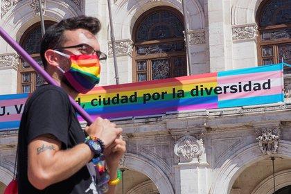 Momento de la concentración celebrada este domingo en la Plaza Mayor de Valladolid con motivo del Día del ORGULLO LGTBI. EFE/ R. García