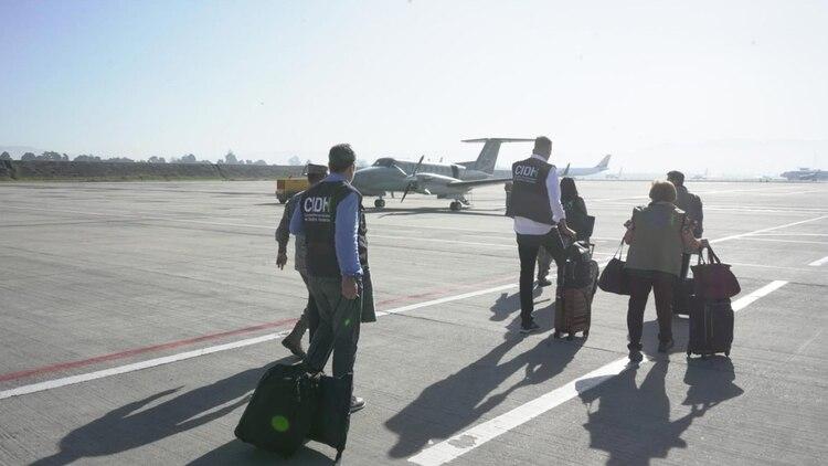 Los miembros de la misión de la CIDH en la pista del aeropuerto en Bogotá (CIDH)