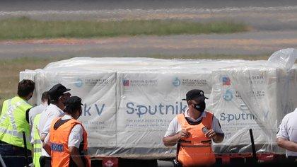 Llegó al país un cargamento enviado por Rusia para avanzar con la producción en Argentina de la vacuna Sputnik V