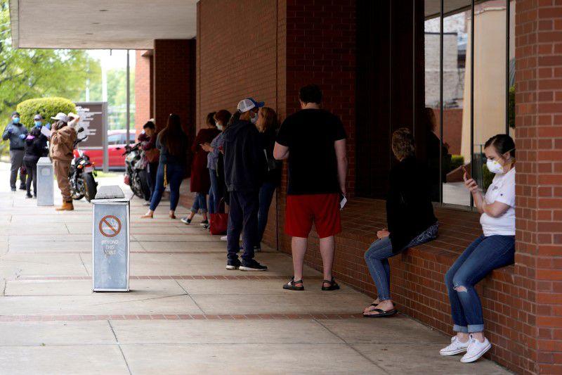 Filas para subsidios por desempleo (Reuters/archivo)