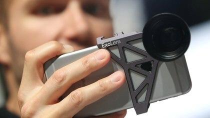 Detalle frontal de un ExoLens de Zeiss, anexado mediante su carcasa, a un Smartphone (Reuters)
