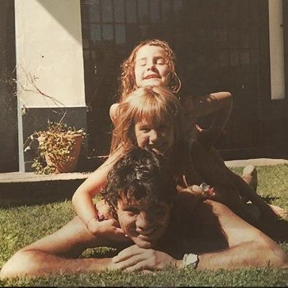 Cande, muy divertida de niña con su hermana Mica y su papá