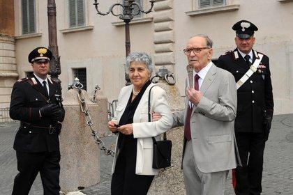 Imagen de archivo de Ennio Morricone (dcha.) y su esposa, Maria Travia (c) en Roma (EFE/ EPA/ ANS/ archivo)
