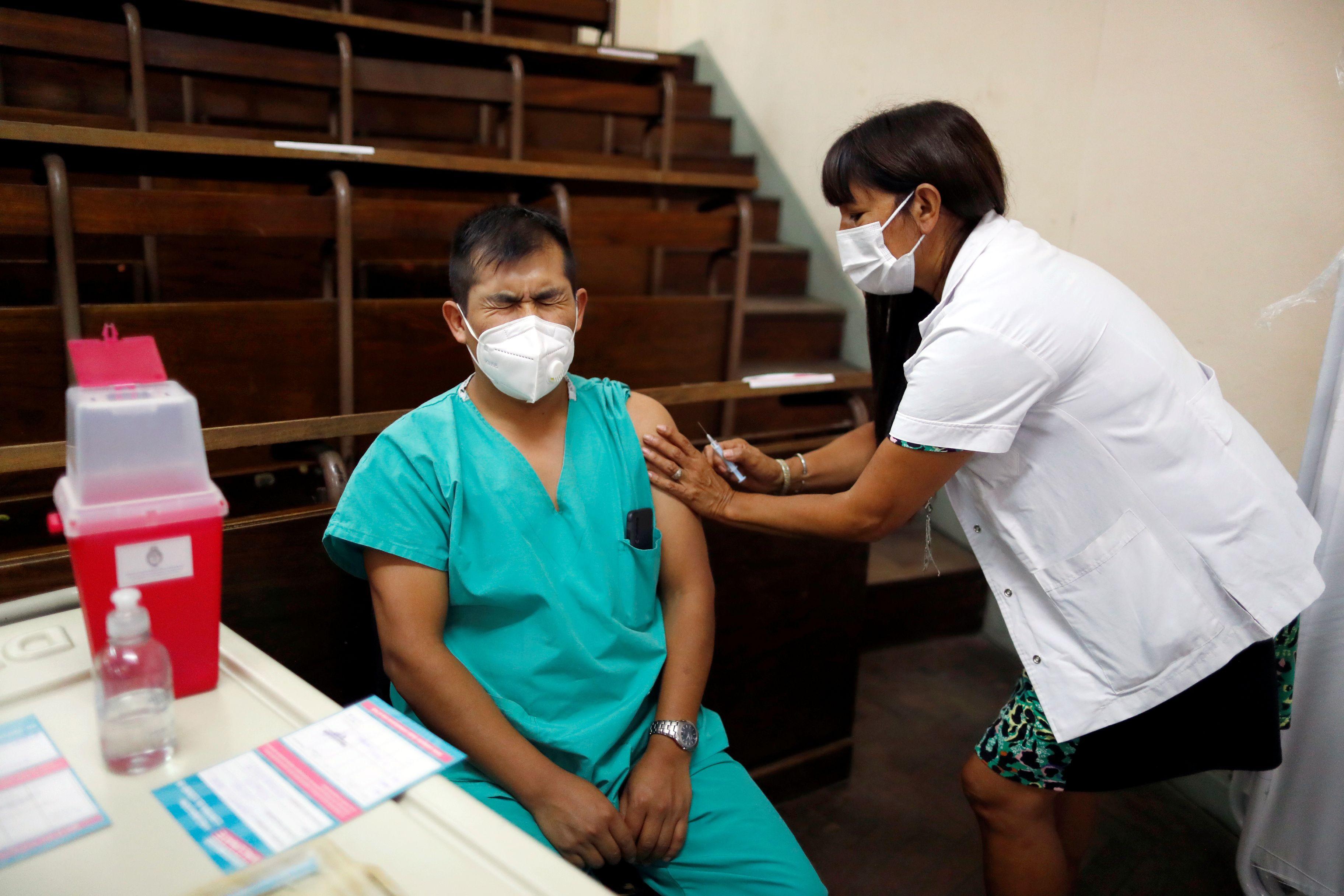 En diciembre, se había estimado en base al Registro Federal de Personal Sanitario que se iban a vacunar inicialmente 763.000 trabajadores de la salud en Argentina REUTERS/Agustin Marcarian