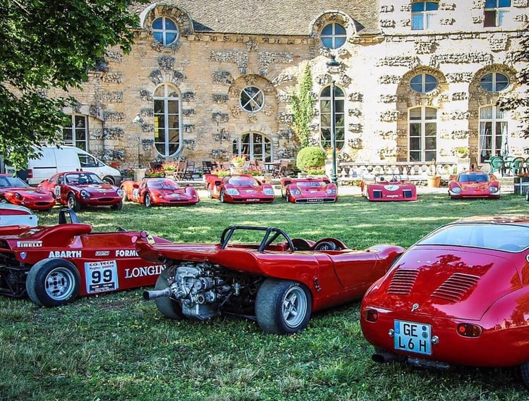 El castillo Chateau de Savigny les Beaune de Bologna luce más de 36 autos clásicos de carrera.