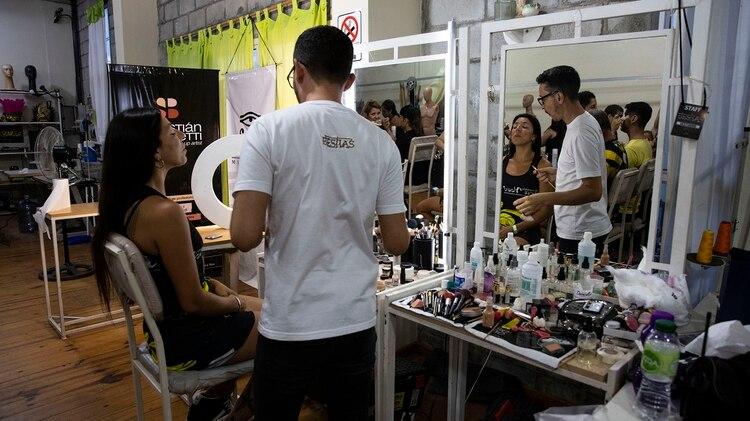 Maquillaje y peinado, el backstage de Ará Yeví antes de salir al corsódromo en Gualeguaychú (Lihue Althabe)