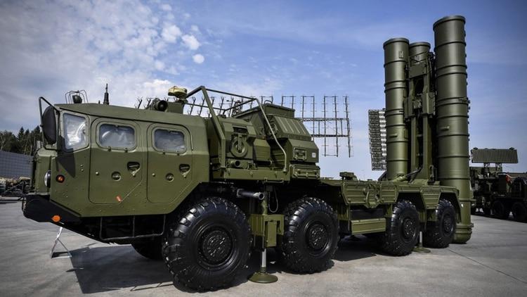En esta foto de archivo tomada el 22 de agosto de 2017, se ve el sistema ruso de lanzamiento de misiles antiaéreos S-400 en el campo de exposición del Parque Patriota de Kubinka, en las afueras de Moscú. Turquía recibió el primer lote este 12 de julio (Foto de Alexander NEMENOV / AFP)