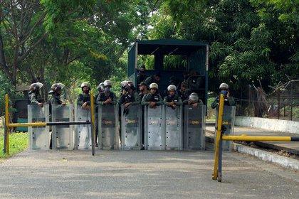 Miembros de la Guardia Nacional Bolivariana fuera de la penitenciaría de Los Llanos después de que un motín el 2 de mayo de 2020. REUTERS/Freddy Rodríguez
