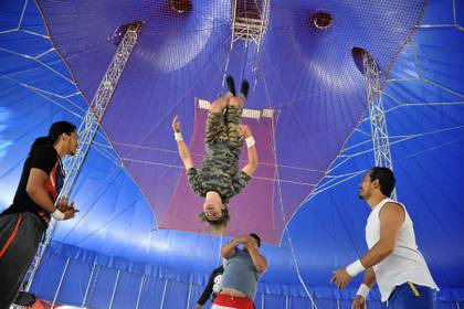 El joven pasa la cuarentena en el circo con 59 compañeros que no tienen a dónde ir para escapar del virus.  (Foto: CLAUDIO CRUZ / AFP)