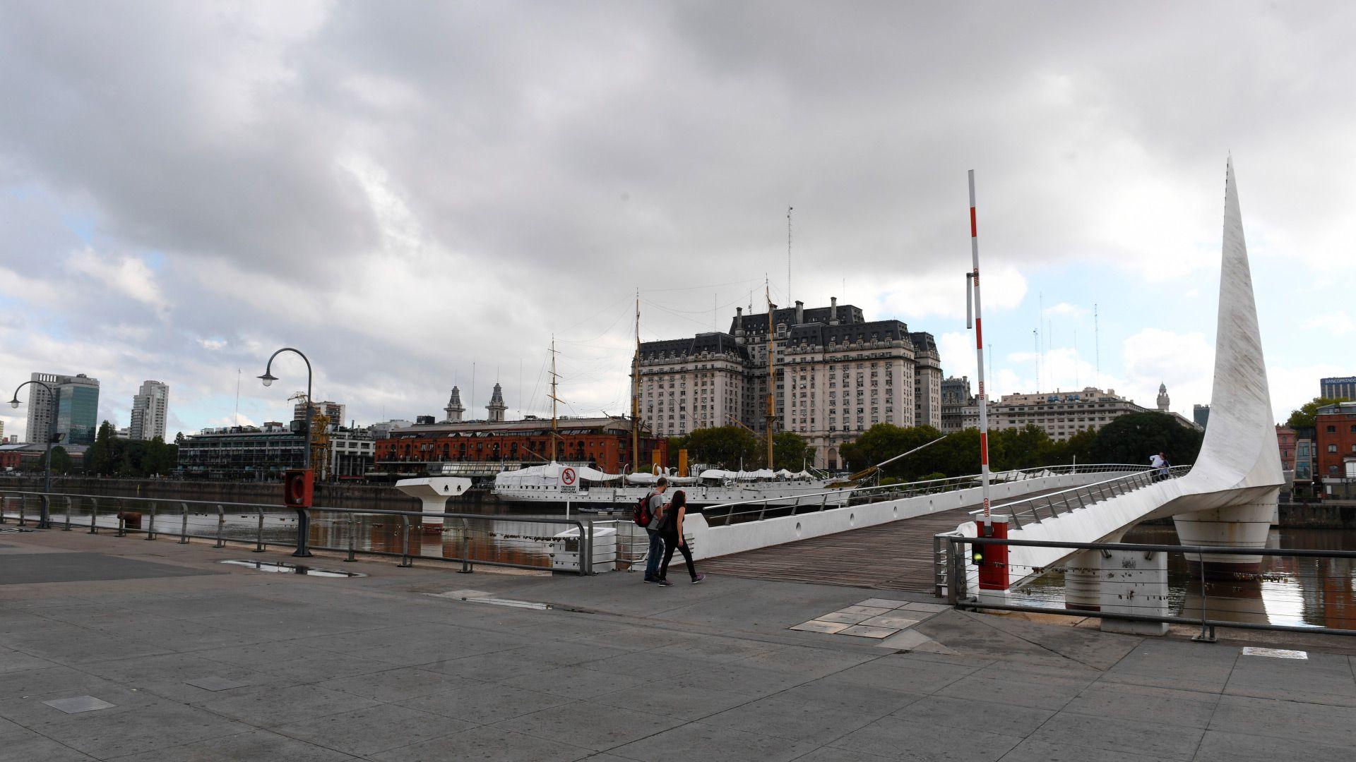 Puerto Madero, casi sin gente. El Gobierno analiza restringir aún más la circulación de personas (Foto: Maximiliano Luna)