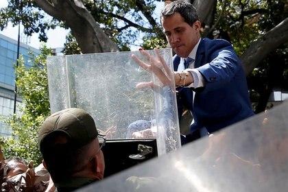 Oficiales de la Guardia Nacional Bolivariana intentan impedir que el líder de la oposición venezolana, Juan Guaidó, ingrese al edificio de la Asamblea Nacional de Venezuela en Caracas. 5 de enero de 2020. (REUTERS/Manaure Quintero)