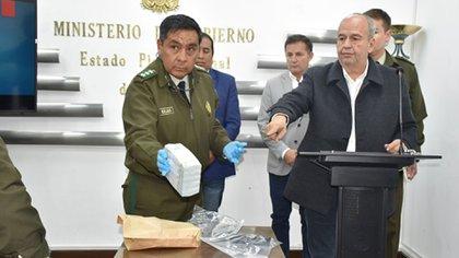 Los USD 100.000 exhibidos por las fuerzas de seguridad (Foto: Ministerio de Gobierno de Bolivia)
