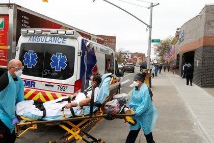 Traslado de un paciente en Queens (Reuters)