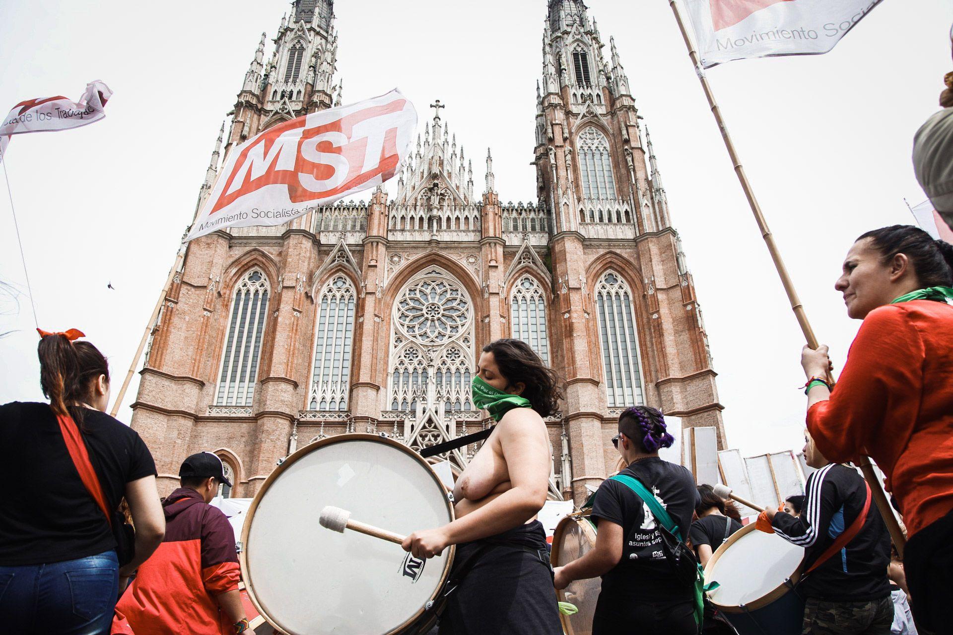 Un grupo de militantes del Frente de izquierda se manifestó frente a la Catedral de La Plata