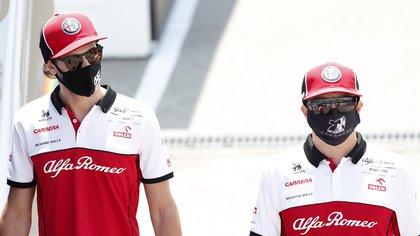 El piloto finlandés Kimi Raikkonen y el italiano Antonio Giovinazzi seguirán en Alfa Romeo la próxima temporada (Foto: EFE)