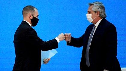 Alberto Fernández, saluda al ministro de Economía, Martín Guzmán, antes de la presentación del resultado del canje de deuda soberana en la Casa Rosada (Juan Mabromata/Pool via REUTERS)