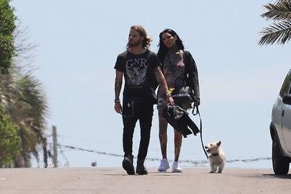 Cande Tinelli y Luca Bonomi, paseando con su perro por Punta del Este (GM Press)